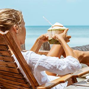 Frau am Strand im Urlaub Holiday Vacation